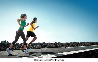Sportleute rennen draußen rum