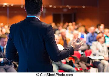 Sprecher bei Konferenz und Präsentation.