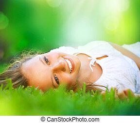 Spring Girl liegt auf dem Feld. Glück