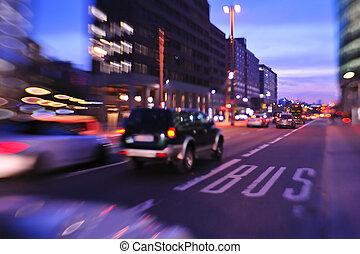 Stadtnacht mit Autos, verschwommenes Licht in der belebten Straße