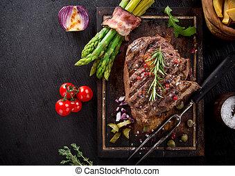 Steak auf Holztisch.