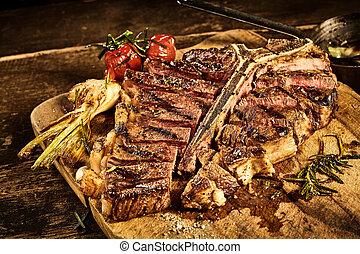 Steak mit gebratenem Knoblauch.