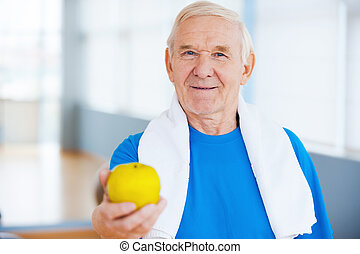 stehende , schultern, beitreten, apfel, gesunde, dehnen, lifestyle!, klub, während, grün, mann, gesundheit, älter, glücklich, handtuch, heraus