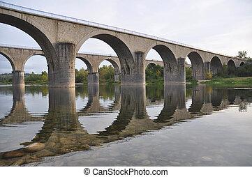Steinbrücken überqueren die Flussachse