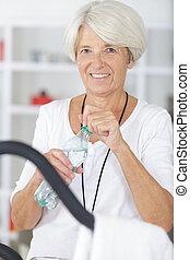 stepper, fitnesscenter, älter, attraktive, trainieren, frau