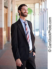 Stilvoller Geschäftsmann, der im Anzug lächelt.