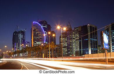 Straße in Doha, nachts in der Innenstadt, Qatar. Foto am 9. Januar 2012 aufgenommen