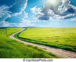 Straße und tiefblauer Himmel