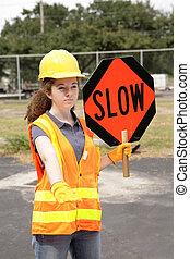 Straßenbesatzung langsames Schild