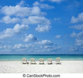 Strand mit Stuhl.