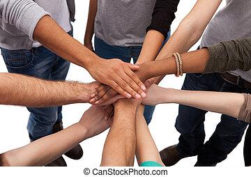 Studenten, die Hände stapeln.