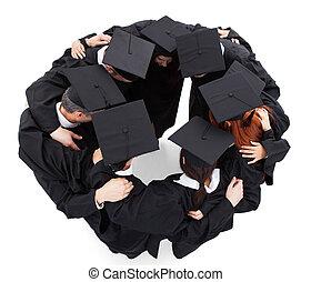 Studenten, die im Kreis stehen