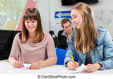 Studenten schreiben Test oder Examen nach Abschluss ihrer Fahrstunden.