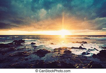 Sturm auf dem Meer, Meersturm bei Sonnenuntergang