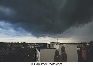 Sturm dunkle Wolken über der Stadt.