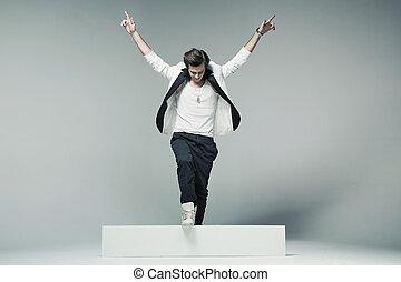 Stylish und gutaussehender Mann in triumphaler Pose