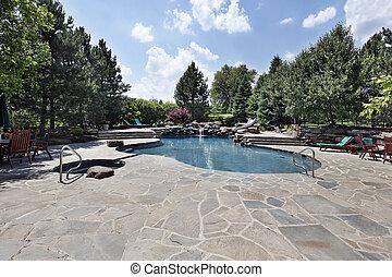 Swimmingpool mit einer großen Steinpasta
