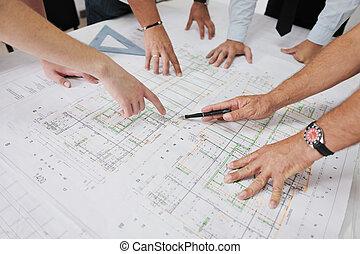 Team von Architekten auf der Baustelle