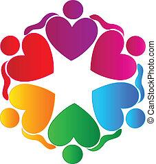 Teamwork Herzen, die das Logo der Menschen umarmen.
