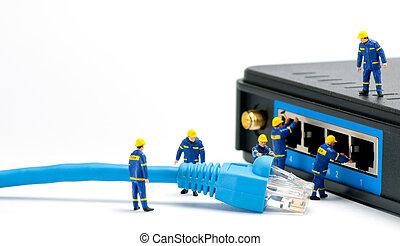 Techniker verbinden Netzwerkkabel