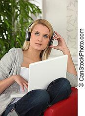 Teen blond mit Kopfhörern
