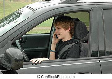 Teen-Fahrer mit einem Handy