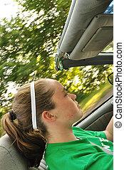 Teen-Mädchen fährt einen Cabrio-Auto.