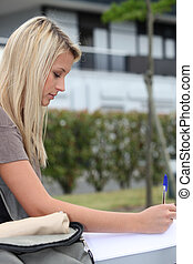 Teen schreibt einen Brief