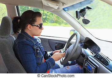Teen simst beim Fahren