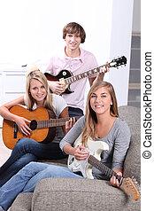 Teen spielt Gitarre