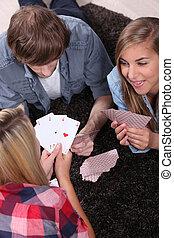 Teen spielt Karten