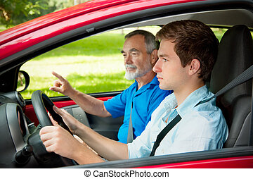 Teenager lernen Auto zu fahren