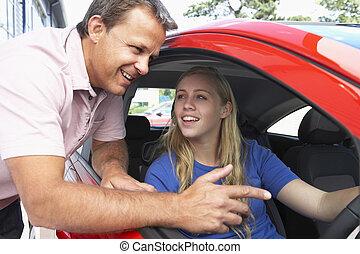 Teenager-Mädchen lernt Autofahren