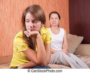 Teenager-Tochter und Mutter nach dem Streit