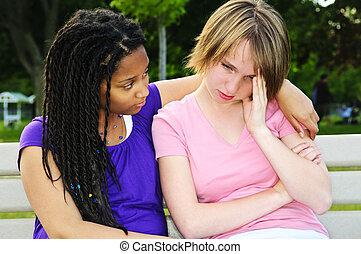 Teenager trösten ihren Freund