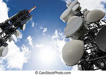 Telekommunikationstürme von unten sehen