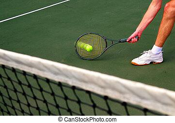 Tennisspieler rennt und trifft den Ball