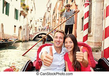 Touristen glückliche Paar Reisen in Venedig Gondel