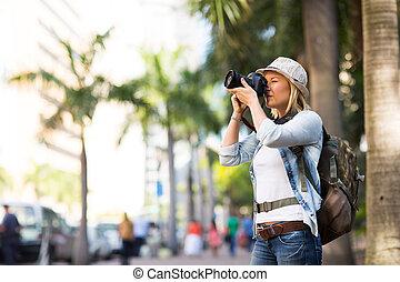 Touristen machen Fotos in der Stadt.