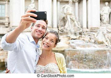 Touristen Paar auf Reisen in Rom durch Trevi Springbrunnen