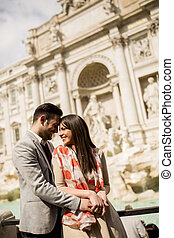 Touristen Paar auf Reisen mit Trevi Springbrunnen in Rom, italy.