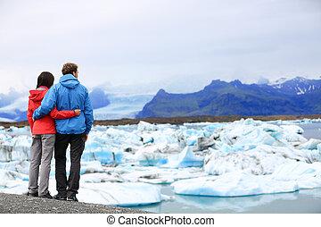 Touristen Paar romantisch auf Eisland Jokulsarlon
