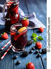 Traditionelles Sangria Getränk mit Rotwein, tropischen Früchten und Beeren.