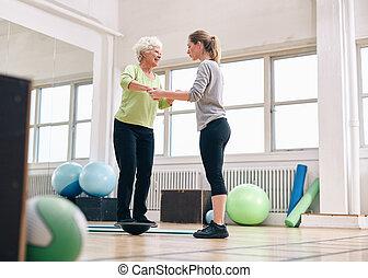 trainer, training, frau, bosu, portion, arbeitsbühne, älter, gleichgewicht