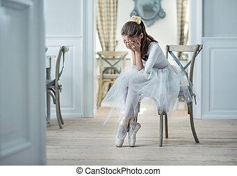 Traurige Balletttänzerin, die in einer Garderobe weint.