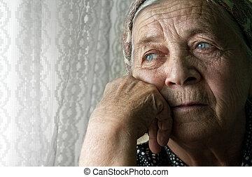 Traurige, einsame, nachdenkliche alte Frau