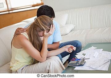 Trauriges Paar in finanziellen Schwierigkeiten