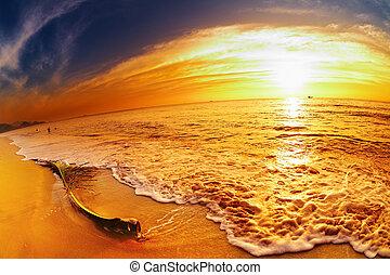 Tropischer Strand bei Sonnenuntergang, Thailand