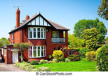 Typisch englisches Haus im Frühlingsgarten
