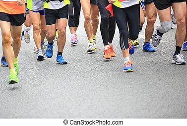 Unidentifizierte Marathon Athleten Beine.